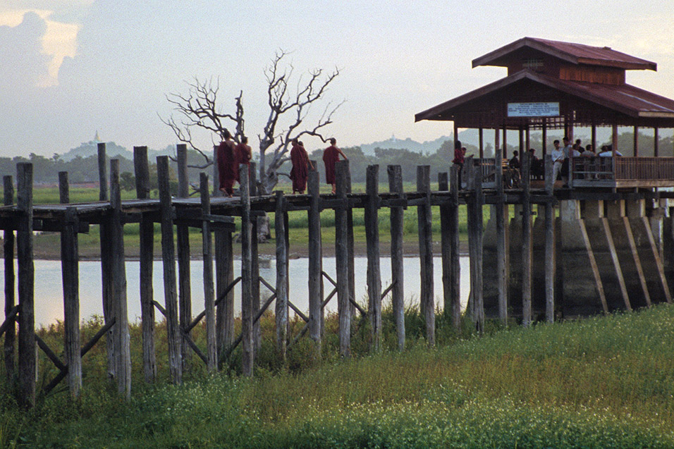 myanmar/u_bein_bridge_pillars_monks_dusk