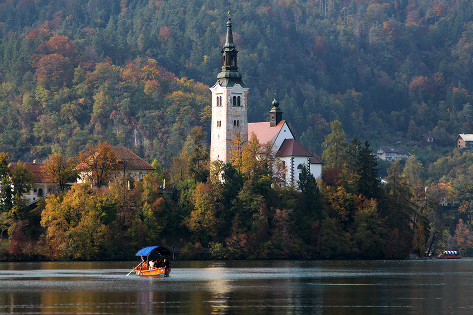 slovenia/lake_bled_boat_church