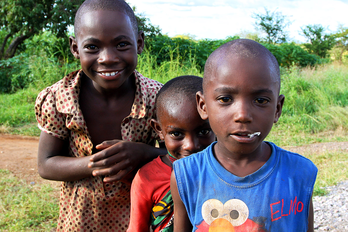 tanzania/2010/road_kids_cute_close
