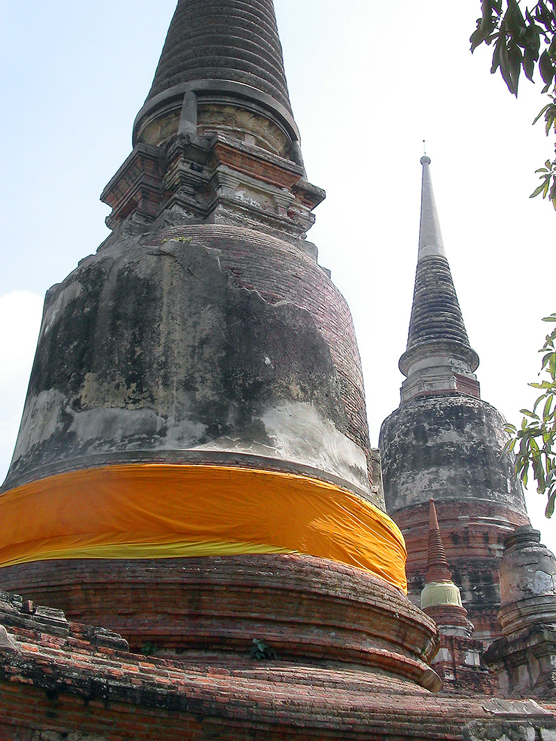 thailand/2004/auutthaya_stupa_orange_fabric
