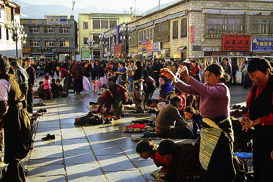 tibet/lhasa_barkhor_square_praying