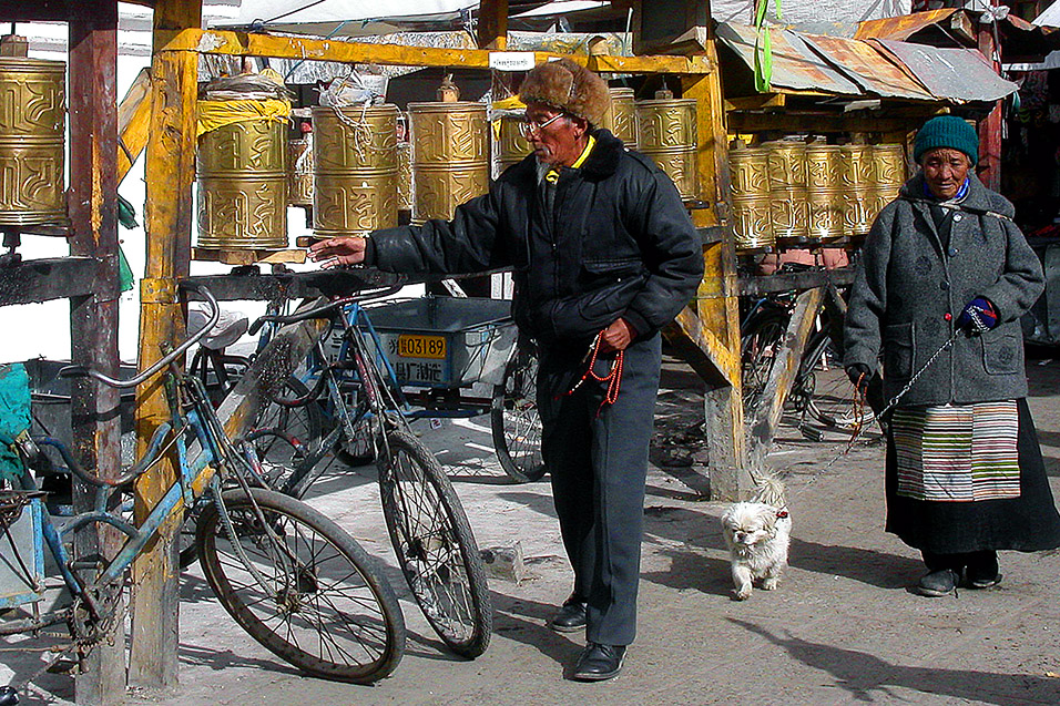 tibet/lhasa_elders_spinning_prayers