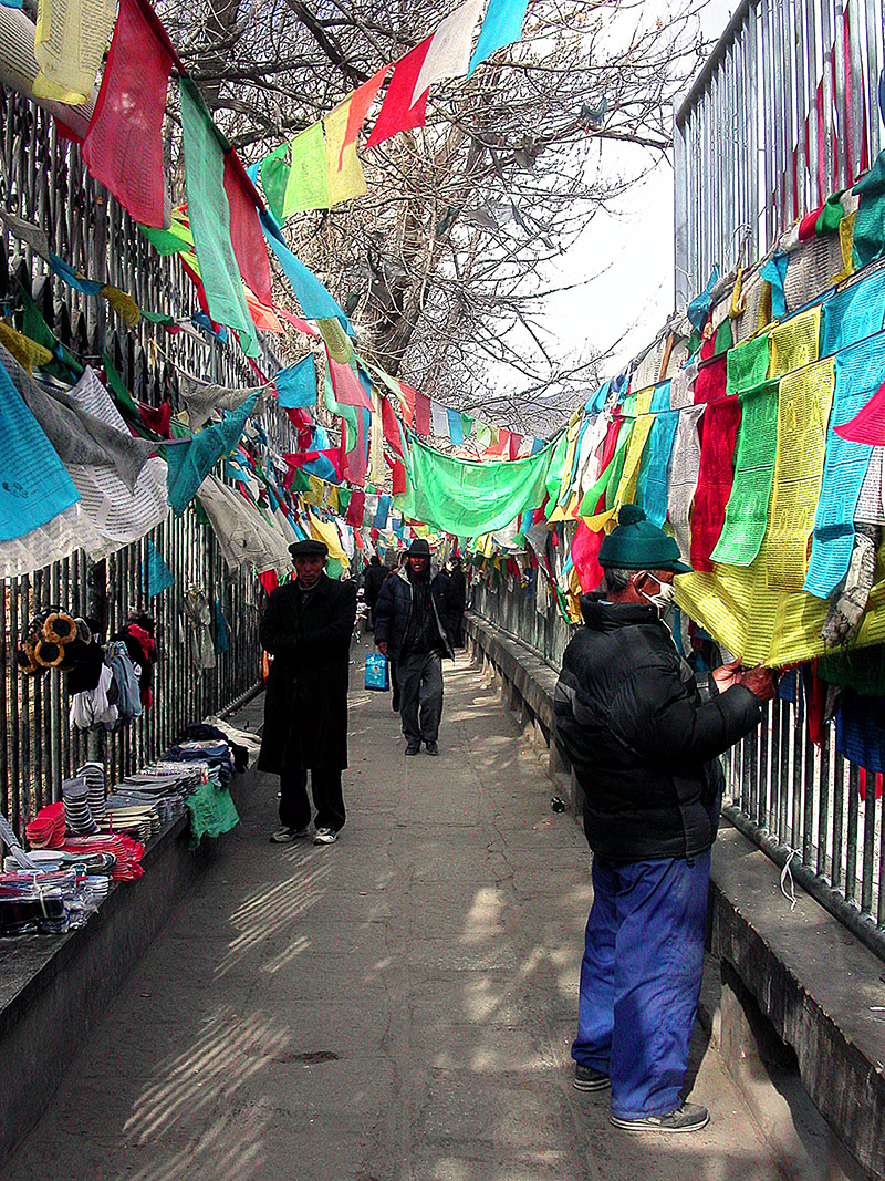 tibet/lhasa_flag_alley