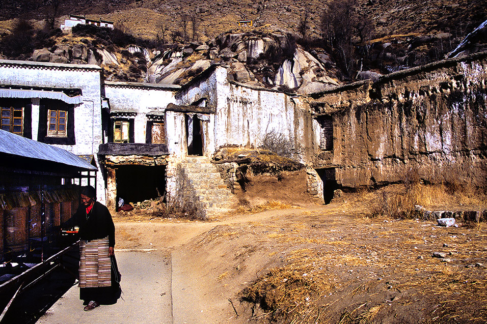 tibet/lhasa_old_temple_lady