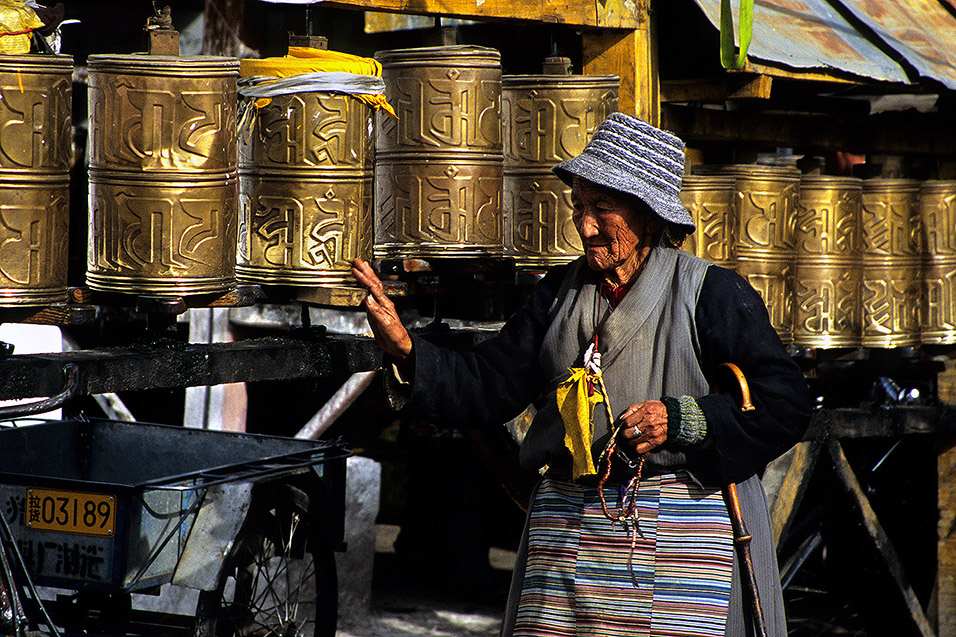 tibet/lhasa_prayer_wheels_woman