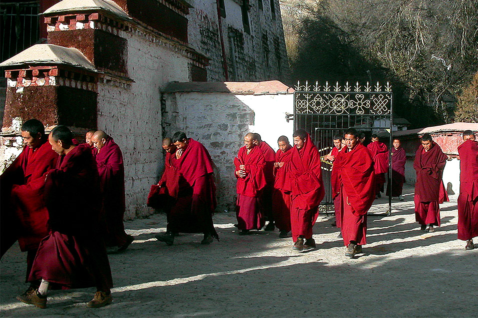 tibet/lhasa_sera_monastery_monks_walking