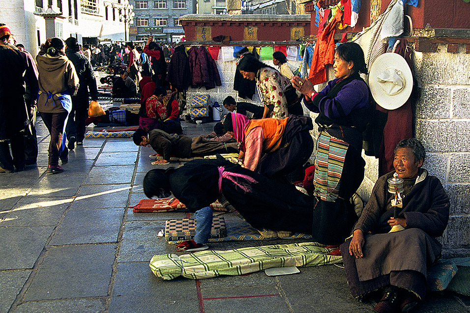tibet/lhasa_tibetans_praying