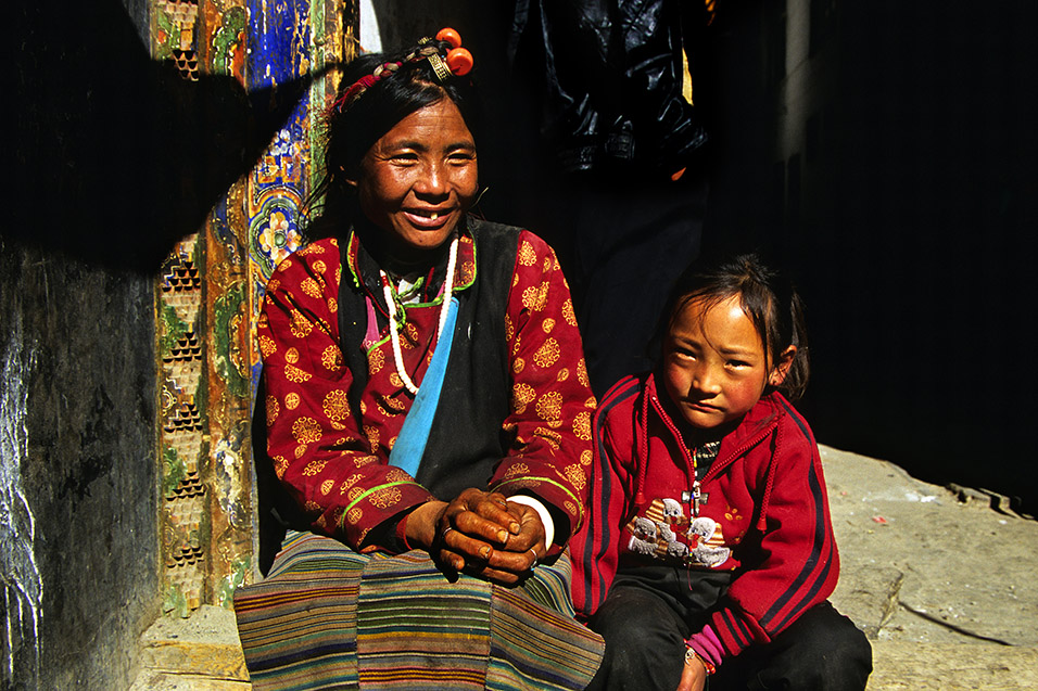 tibet/lhasa_woman_daughter