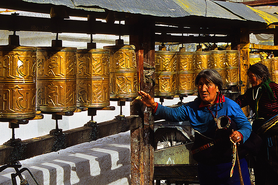 tibet/lhasa_women_prayer_wheels