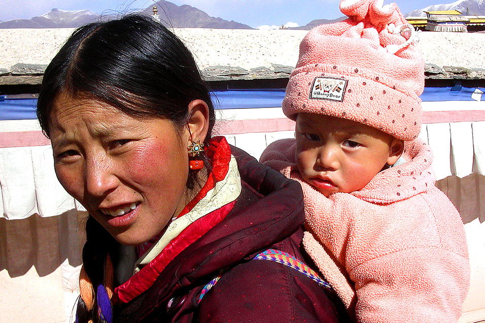 tibet/potala_woman_daughter_136