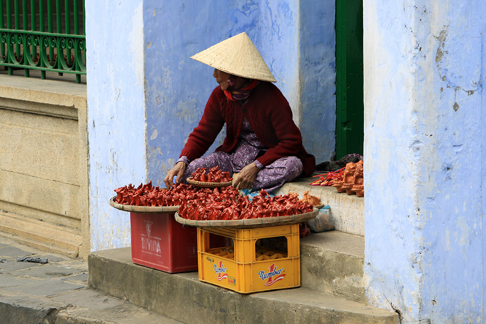 vietnam/2014/hoian_selling_peppers
