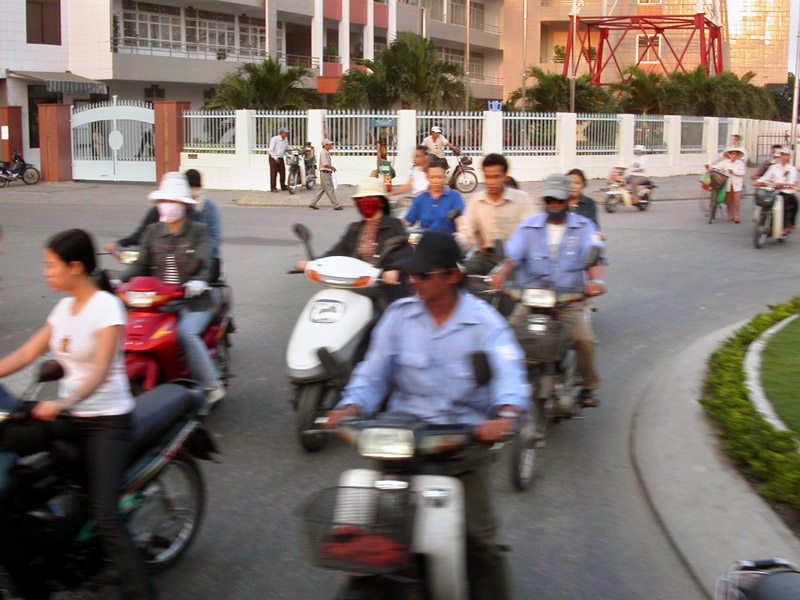 vietnam/hoi_an_moto_traffic