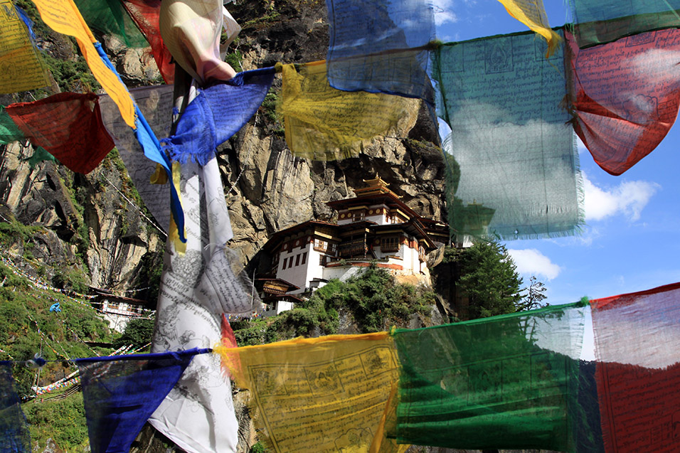 bhutan/tigers_nest_wind_horse_flags