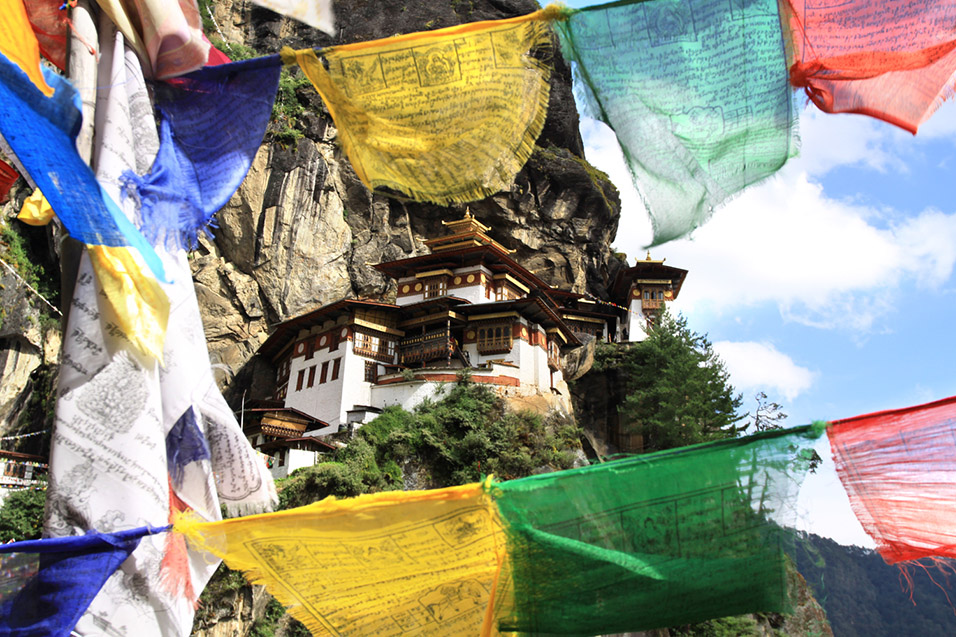 bhutan/tigers_nest_wind_horse_flags_close