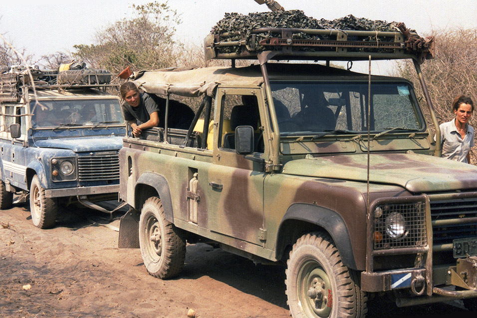 botswana/botswana_army_towing_leo