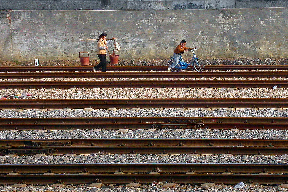 china/2004/train_brick_station_mom_child