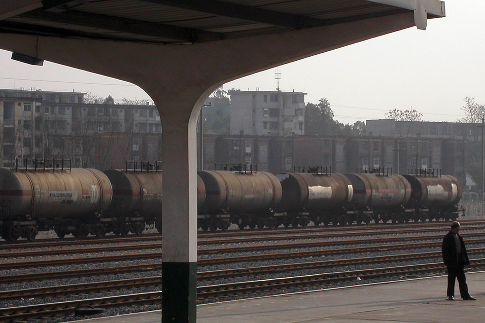 china/2004/train_tankers_man