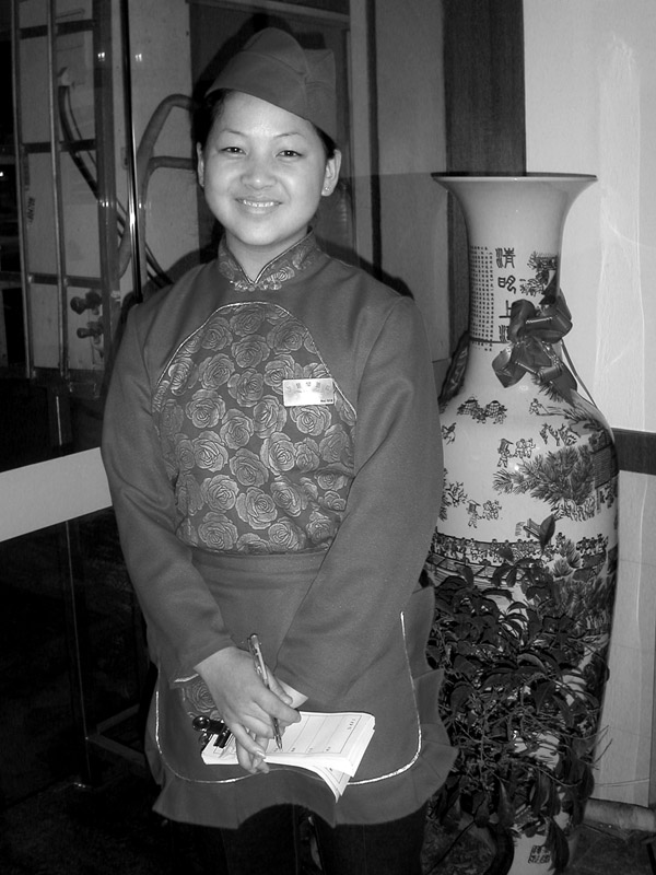 china/2004/xian_waitress