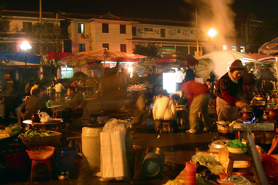 china/2004/yangshuo_market_night