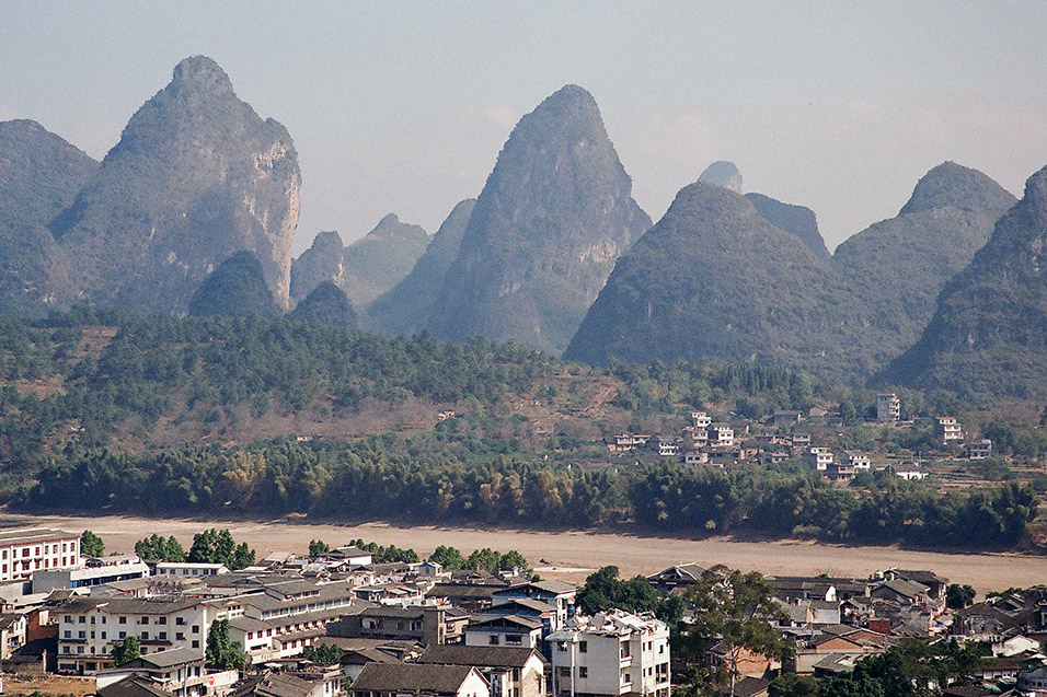 china/2004/yangshuo_town_on_li_river