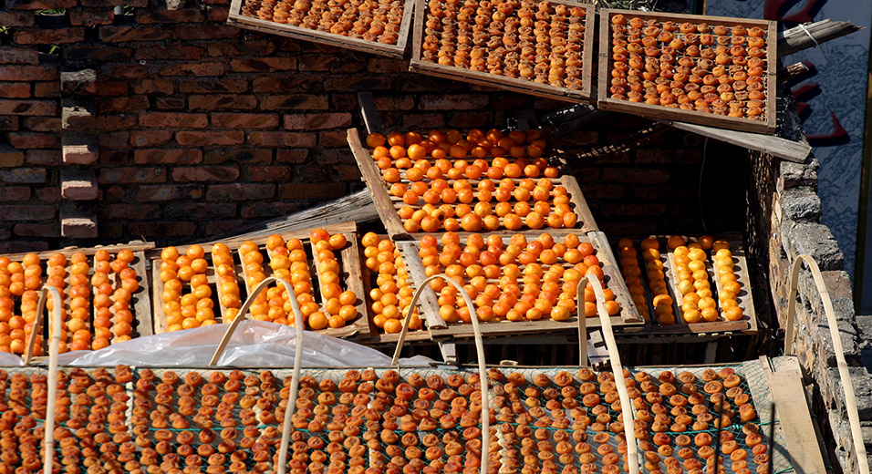 china/2007/tulou_persimmon_drying
