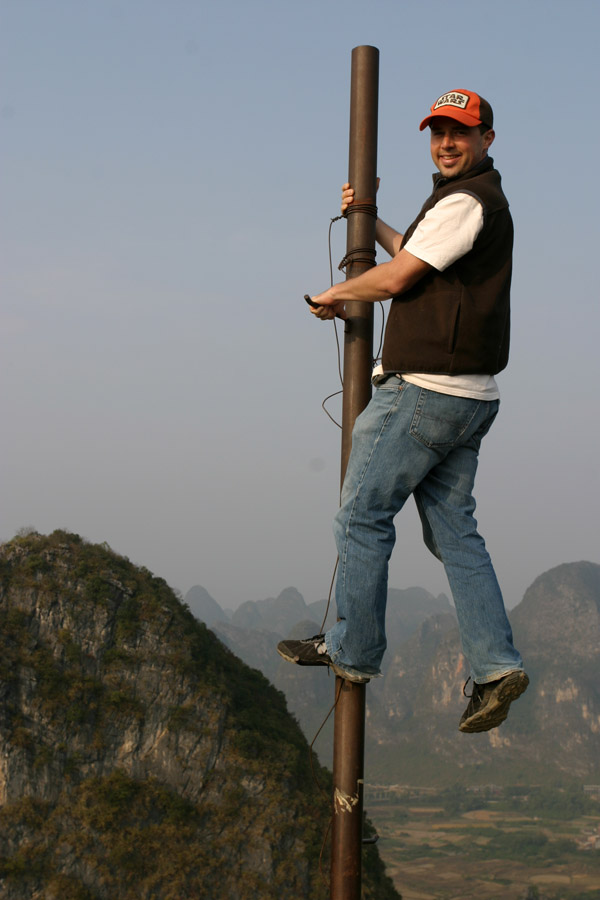 china/2007/yangshuo_brian_pole_moon_hill_vert