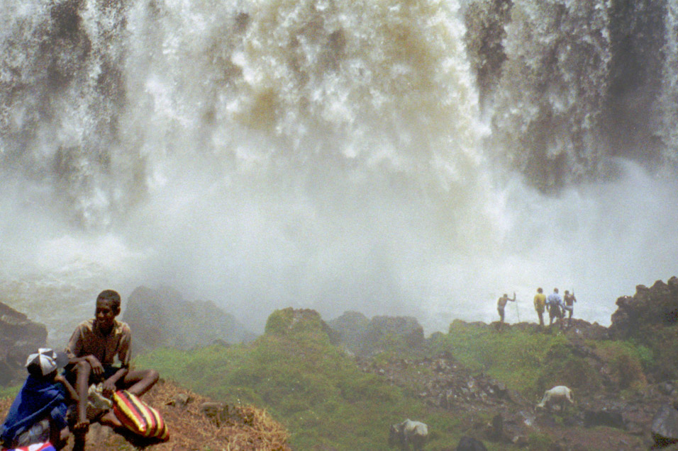 ethiopia/blue_nile_falls_people_close