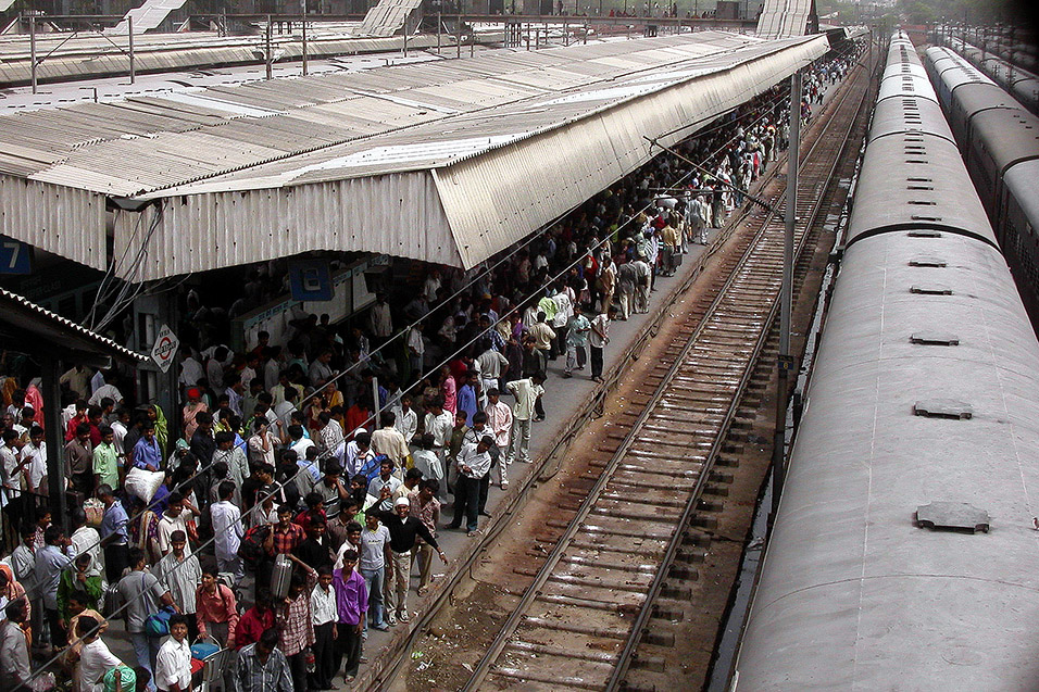 india/delhi_train_crowd