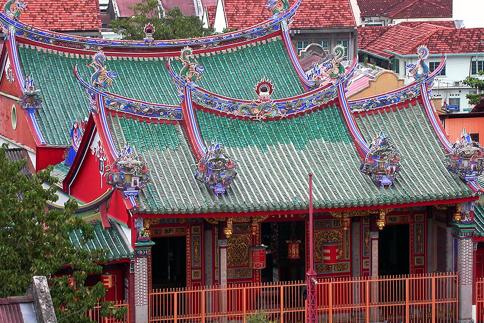 malaysia/2004/penang_red_green_temple