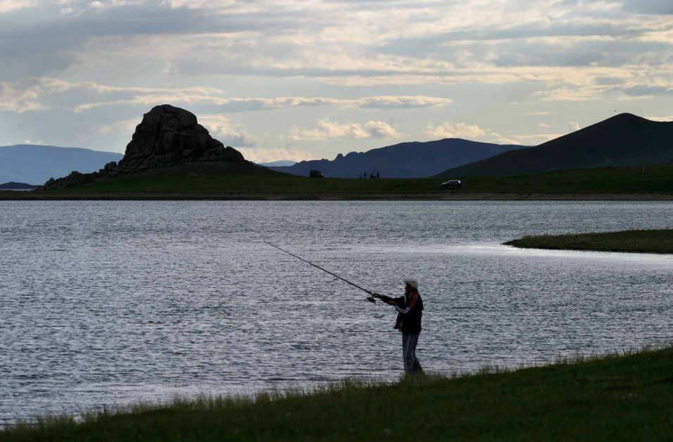 mongolia/lake_tsetserleg_fishing