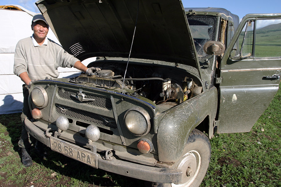 mongolia/lake_tsetserleg_jeep_repair