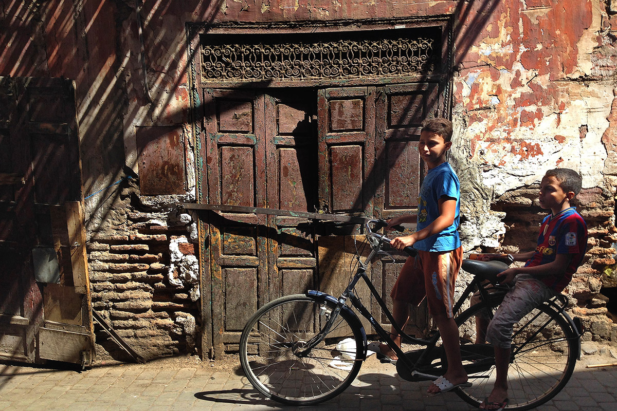 morocco/marrakech_alley_door_boys_bike
