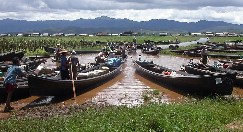 myanmar/inle_lake_canoe_launch