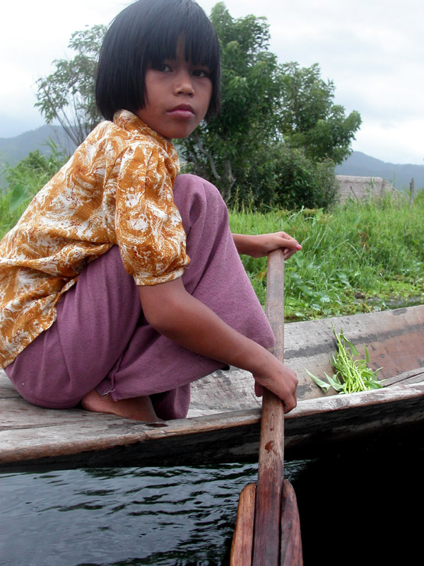 myanmar/inle_lake_girl_close