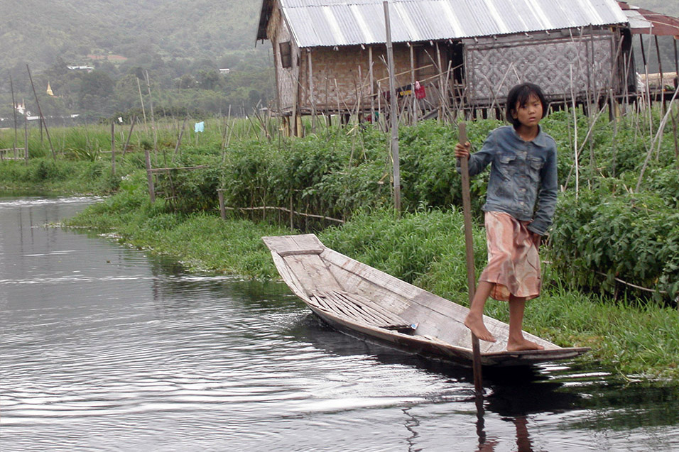 myanmar/inle_lake_girl_rowing