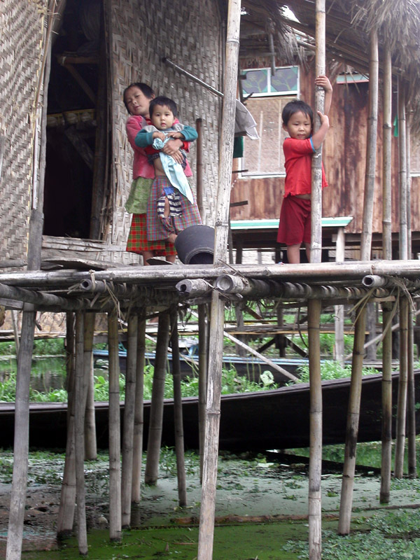 myanmar/inle_lake_house_kids
