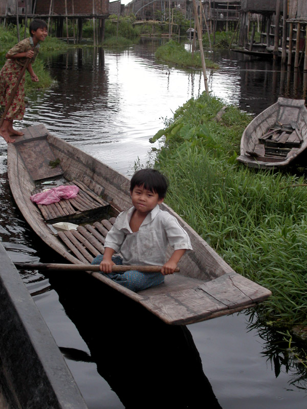 myanmar/inle_lake_kids_rowing