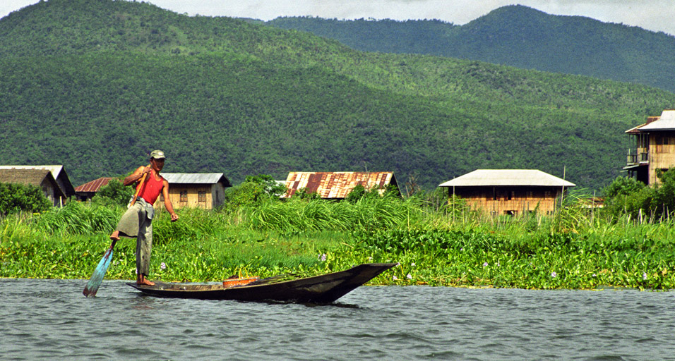 myanmar/inle_lake_rowing_with_leg