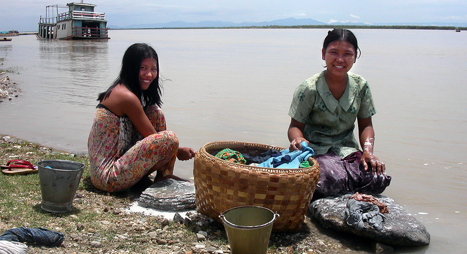 myanmar/mingun_laundry_girls