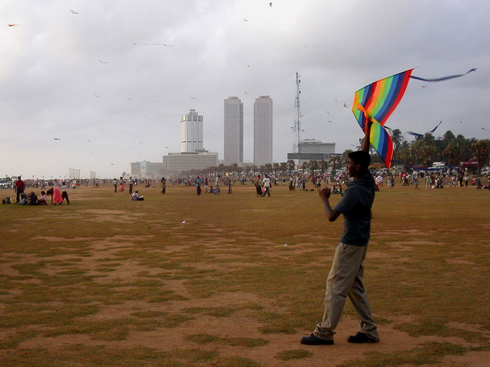 sri_lanka/colombo_flying_kite
