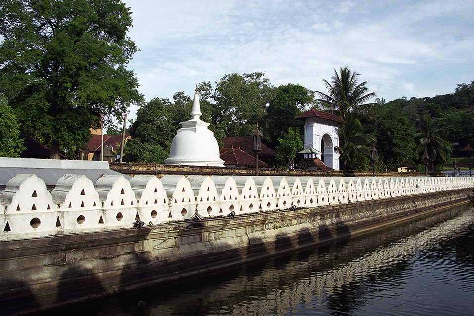 sri_lanka/kandy_castle_moat