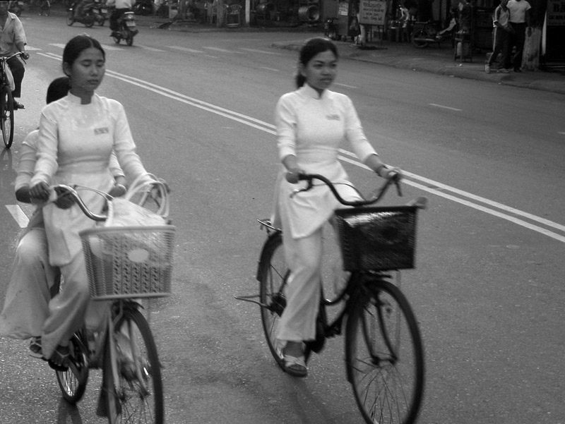 vietnam/hue_girls_on_bikes