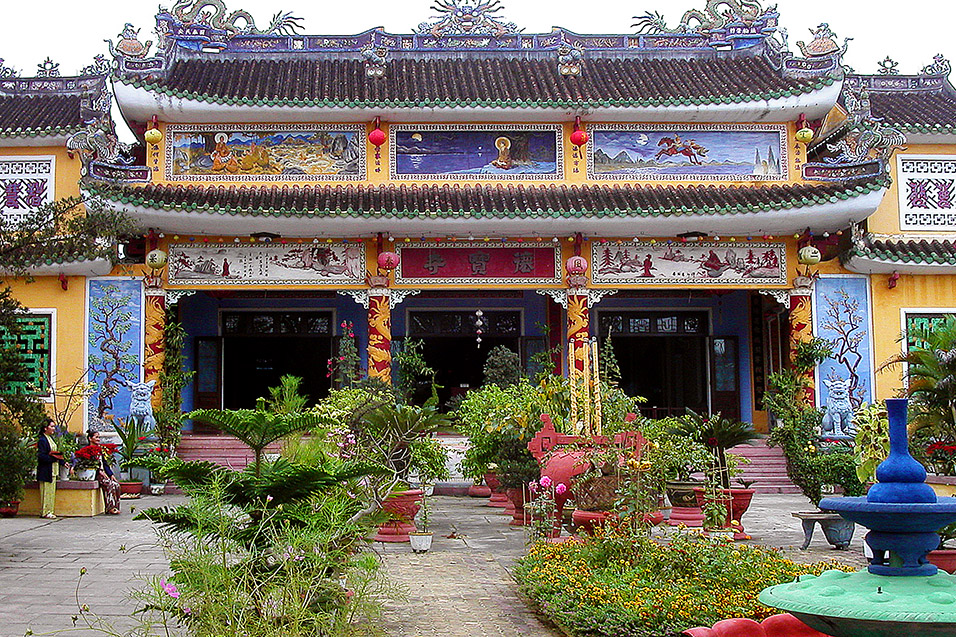 vietnam/hue_intricate_temple_palace